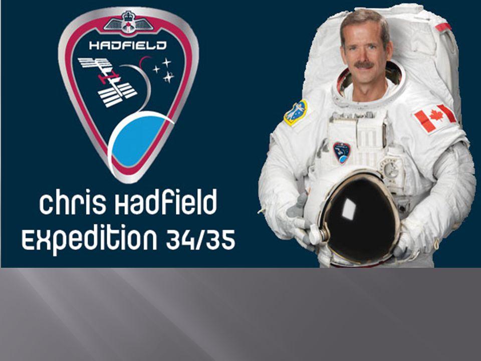 Après avoir été sélectionné comme le commandant de la mission 34/35, une mission de 6 mois dans l'espace, ses garçons lui ont rapidement montré comment se servir de Twitter et de Facebook afin de communiquer avec lui.
