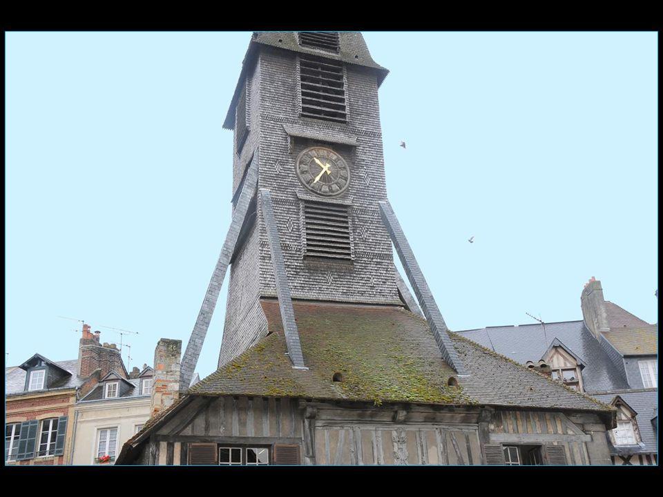 Le clocher a été érigé à distance afin que les paroissiens ne soient pas la proie des flammes en cas d'incendie, vu que le clocher attire la foudre