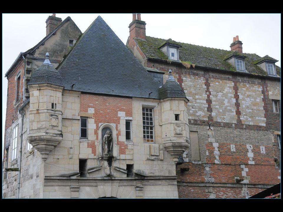 Elle est surtout connue pour son vieux port pittoresque caractérisé par ses maisons vives aux façades recouvertes d'ardoise