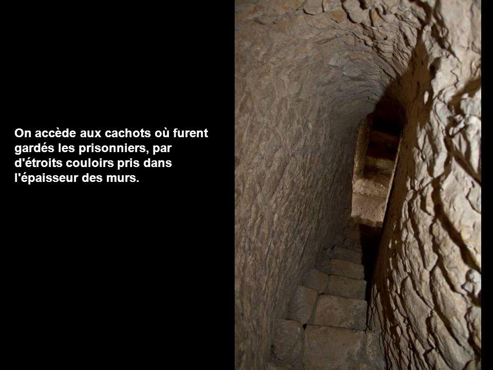 A l origine, la tour n était pas couverte et se terminait par des créneaux.