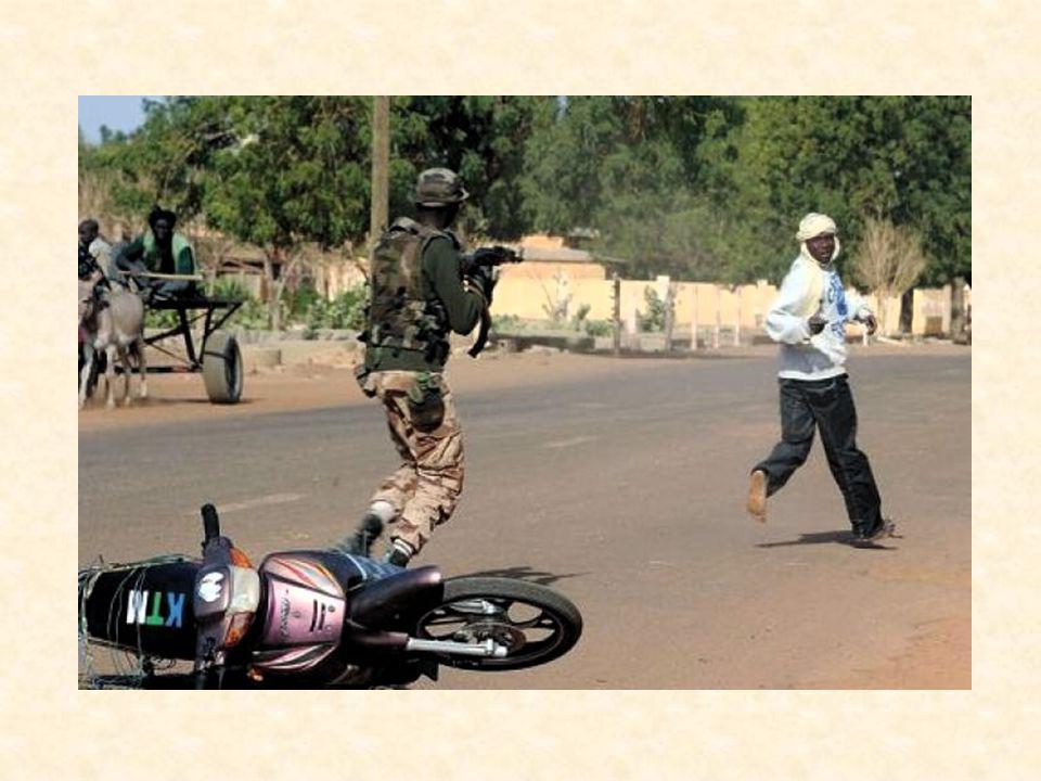 Des combats opposant soldats maliens et islamistes ont éclaté dimanche après-midi dans le centre de Gao, la plus grande ville du Nord du Mali, récemment reprise par les militaires français et maliens aux groupes islamistes armés, frappée par deux attentats suicides en deux jours.