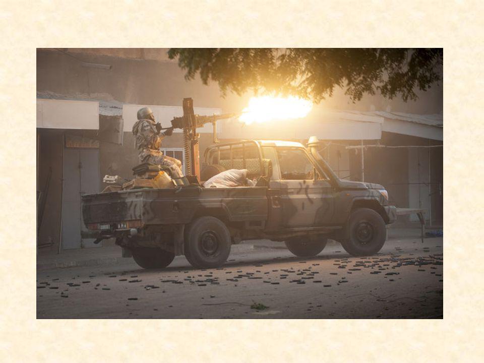 La sécurité du poste de contrôle avait été fortement renforcée depuis qu un homme portant un uniforme de le gendarmerie malienne s était fait exploser vendredi à proximité, blessant légèrement un militaire malien.