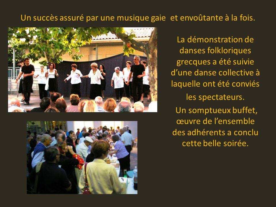 La démonstration de danses folkloriques grecques a été suivie d'une danse collective à laquelle ont été conviés les spectateurs.
