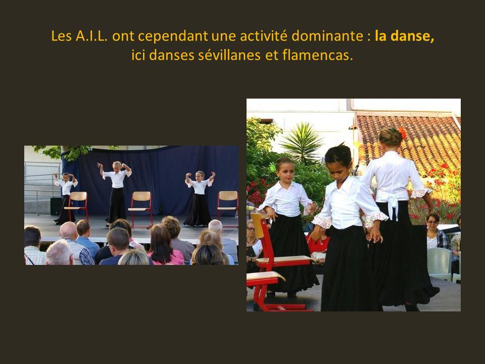 Les A.I.L. ont cependant une activité dominante : la danse, ici danses sévillanes et flamencas.