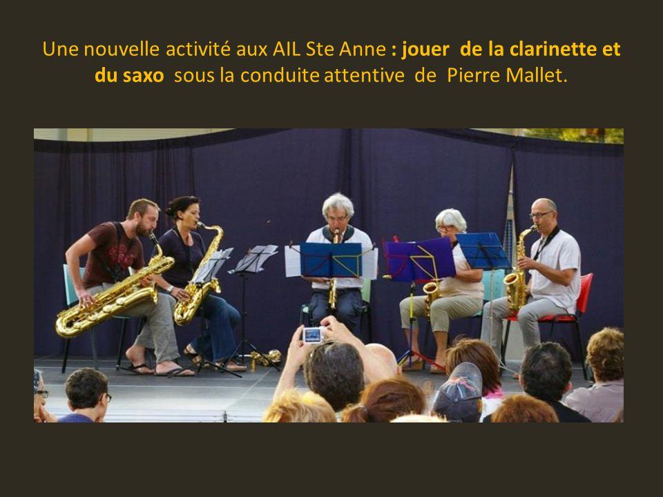 Une nouvelle activité aux AIL Ste Anne : jouer de la clarinette et du saxo sous la conduite attentive de Pierre Mallet.