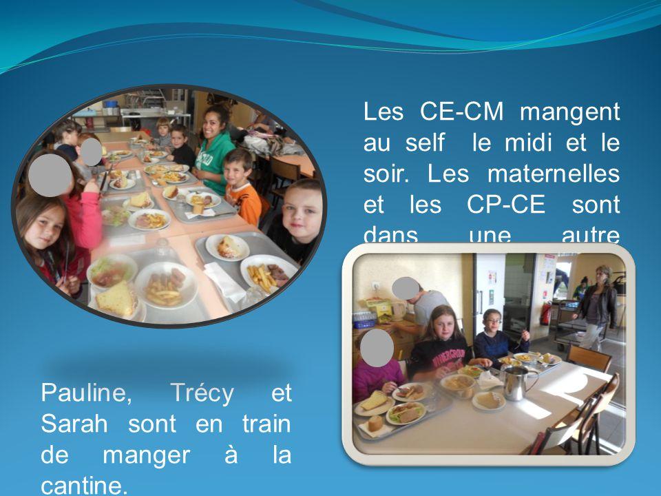 Pauline, Trécy et Sarah sont en train de manger à la cantine.