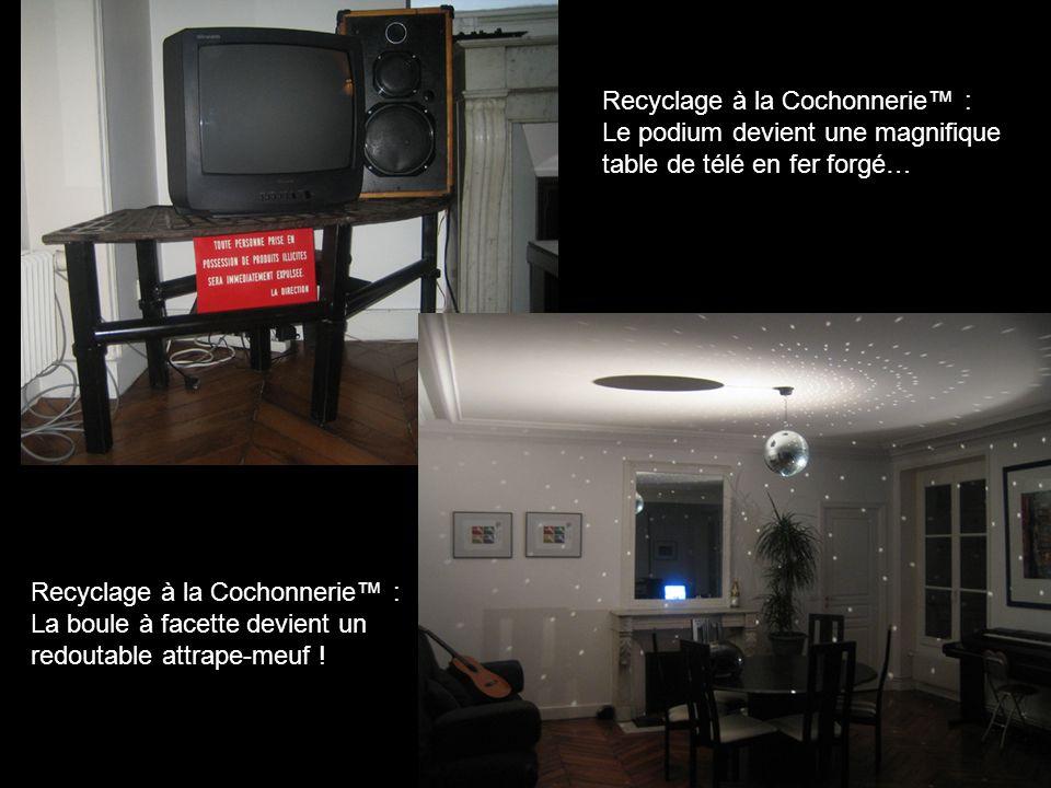 Recyclage à la Cochonnerie™ : Le podium devient une magnifique table de télé en fer forgé… Recyclage à la Cochonnerie™ : La boule à facette devient un redoutable attrape-meuf !