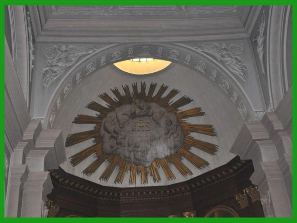 Le vaste chœur est encadré par boiseries datant de 1848.
