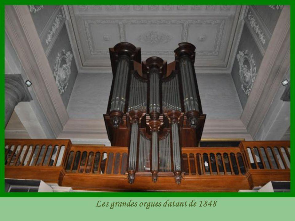 Adossée à un pilier de la nef, la chaire installée vers 1850 domine l'assemblée avec son ange trompétant, annonçant la venue prochaine du ressuscité « juger les vivants et les morts «