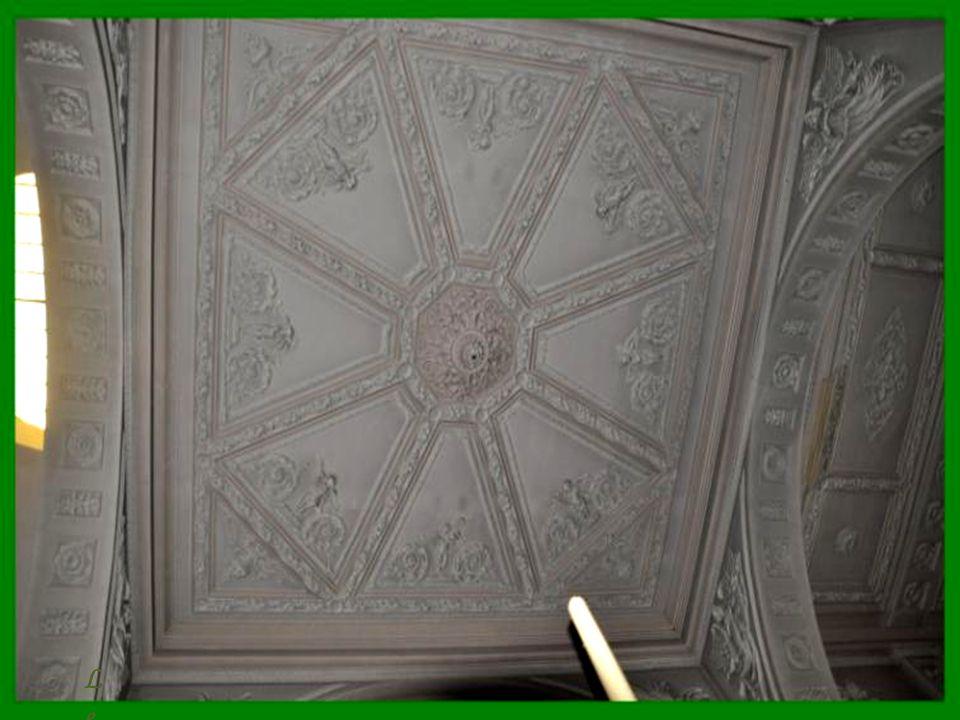 Les plafonds sont décorés de motifs géométriques ou d'allégories.
