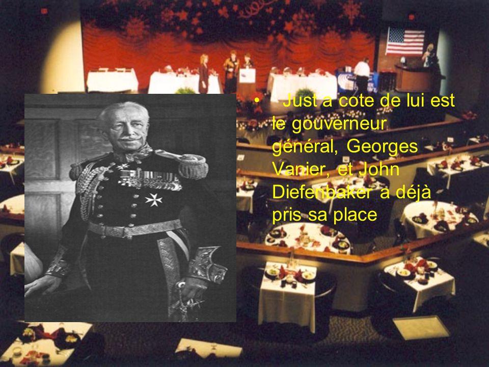 Just a cote de lui est le gouverneur général, Georges Vanier, et John Diefenbaker a déjà pris sa place