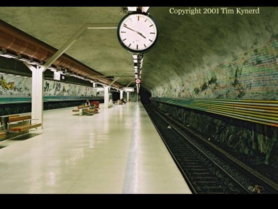 À la station Rissne, une fresque didactique sur les murs raconte, sur la longueur d'un quai, l'histoire des civilisation de la Terre.