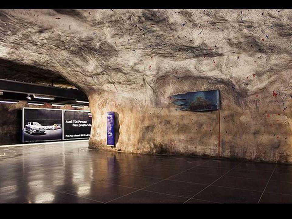 En de nombreuses stations on peut voir la roche, c'est comme si on était à l'âge des cavernes en plein XXI ème siècle.
