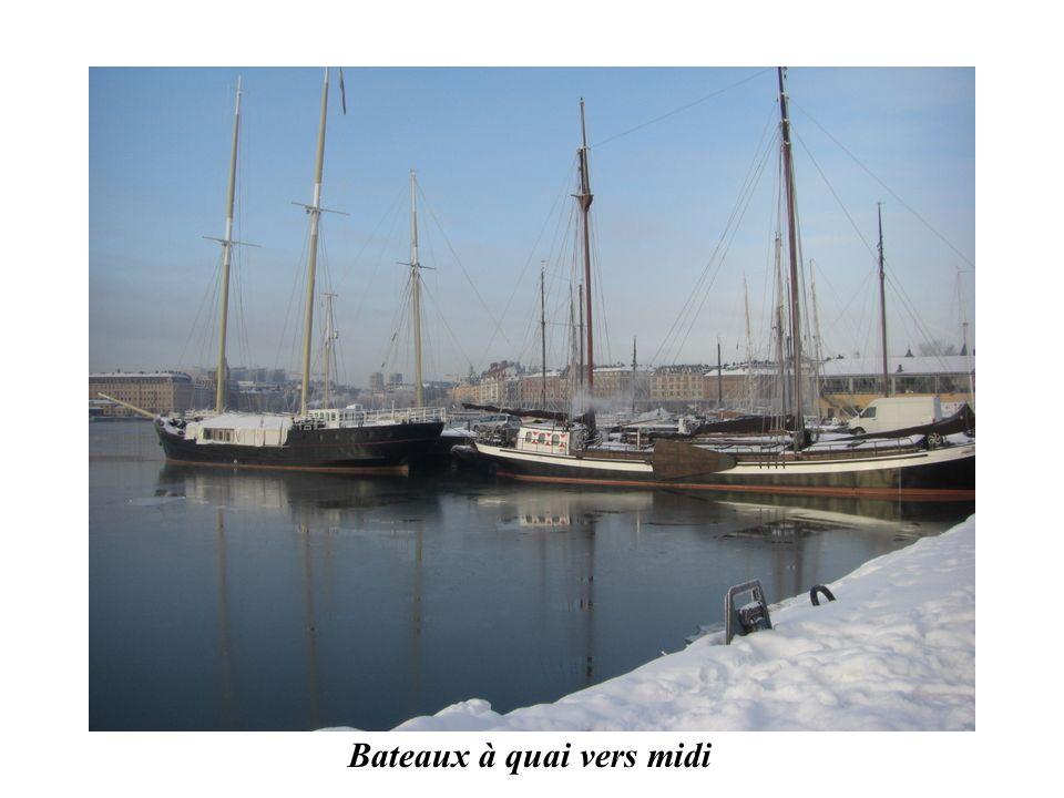 Bateaux à quai vers midi