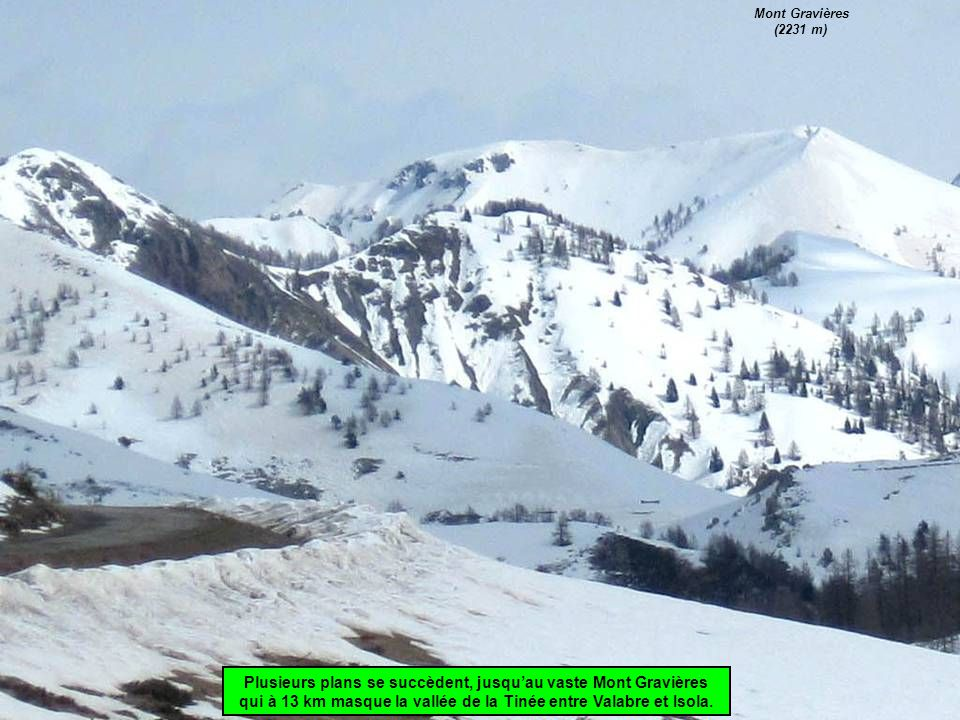 Plusieurs plans se succèdent, jusqu'au vaste Mont Gravières qui à 13 km masque la vallée de la Tinée entre Valabre et Isola.