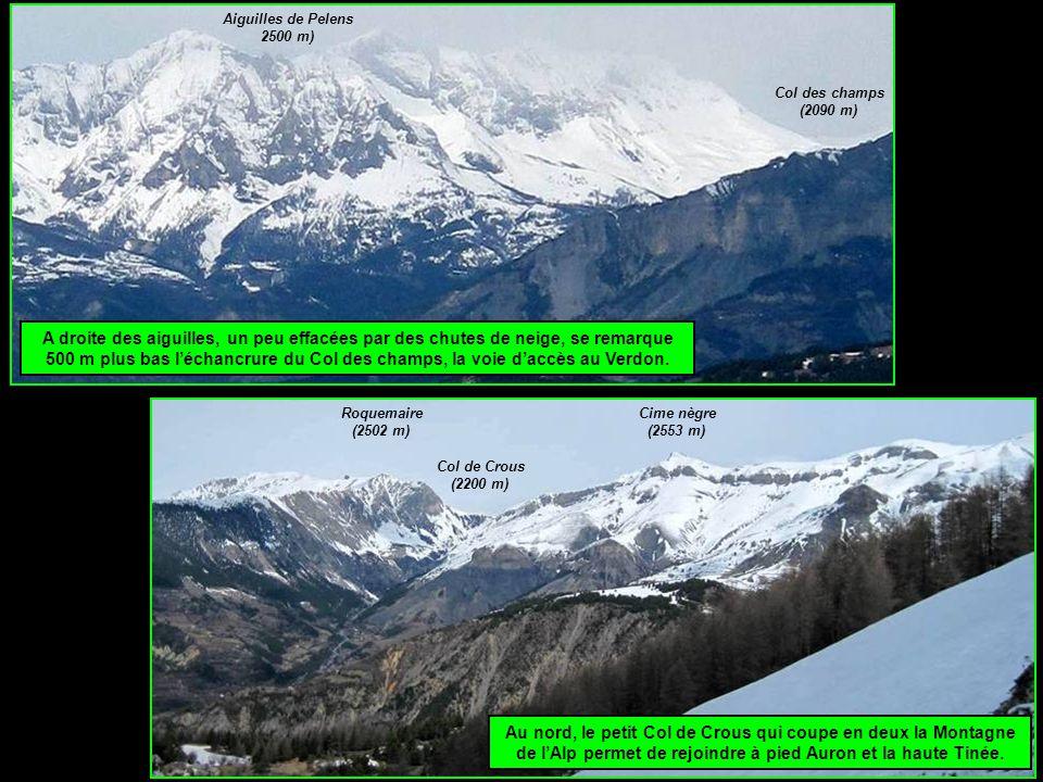 A droite des aiguilles, un peu effacées par des chutes de neige, se remarque 500 m plus bas l'échancrure du Col des champs, la voie d'accès au Verdon.