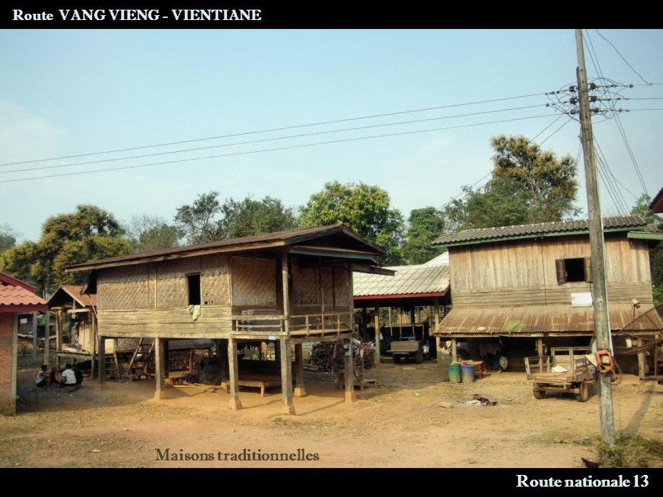Route VANG VIENG - VIENTIANE Route nationale 13 Maisons traditionnelles