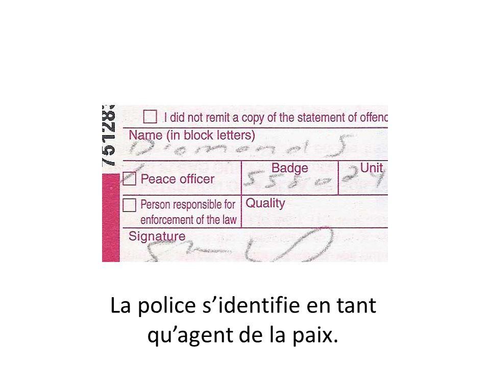 La police s'identifie en tant qu'agent de la paix.