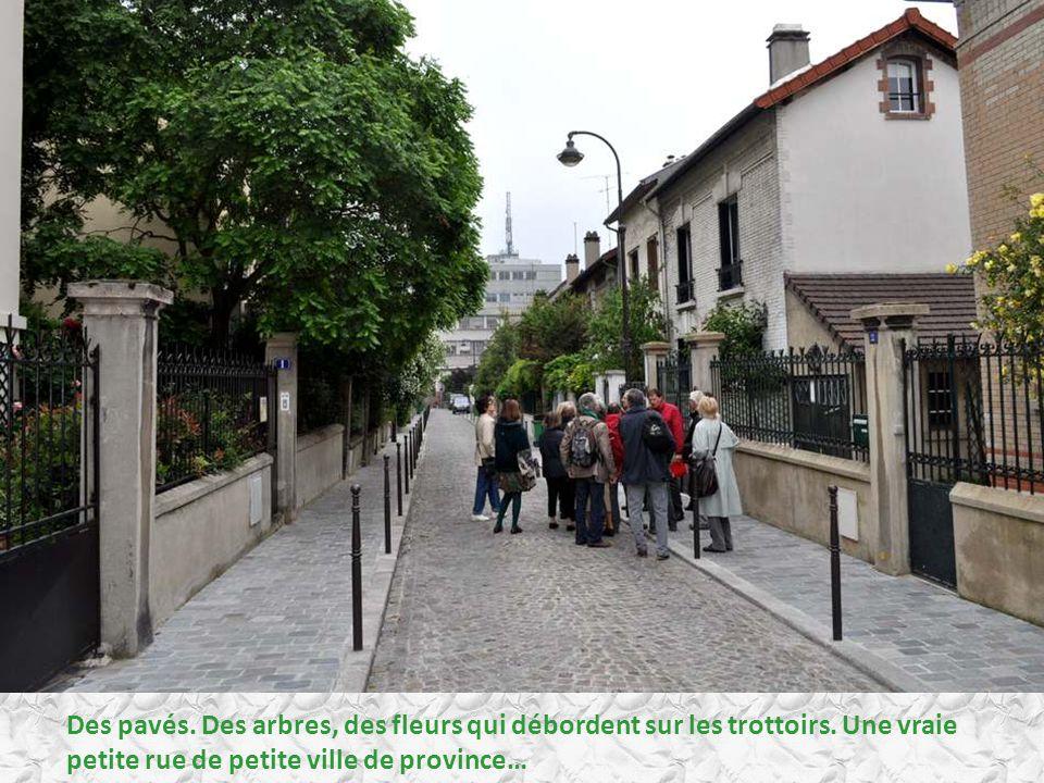 Dans une petite rue, ces maisons à colombages, dignes d un conte de fées…