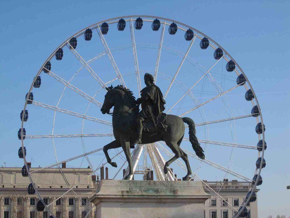 LA PETITE HISTOIRE DE LA PLUS GRANDE PLACE DE FRANCE… La place BELLECOUR, dans le 2ème arrondissement de LYON, est la plus grande place de France avec la place des Quinconces à Bordeaux, et l'une des plus vastes d'Europe.