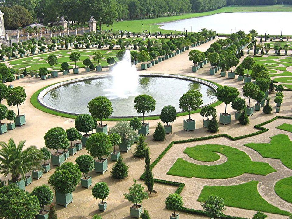 Versailles, symbole de la puissance du monarque absolu devient la résidence principale de la cour de France, aux dépens du Louvre. Le Nôtre lance la m