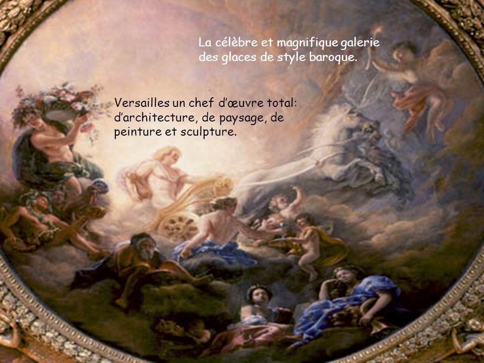 La célèbre et magnifique galerie des glaces de style baroque. Versailles un chef d'œuvre total: d'architecture, de paysage, de peinture et sculpture.