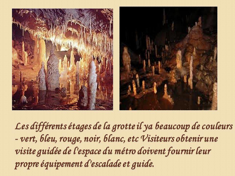 Les différents étages de la grotte il ya beaucoup de couleurs - vert, bleu, rouge, noir, blanc, etc Visiteurs obtenir une visite guidée de l'espace du