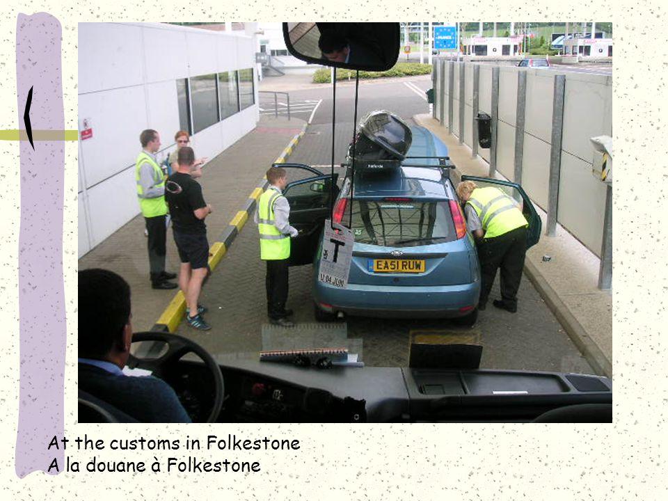 At the customs in Folkestone A la douane à Folkestone