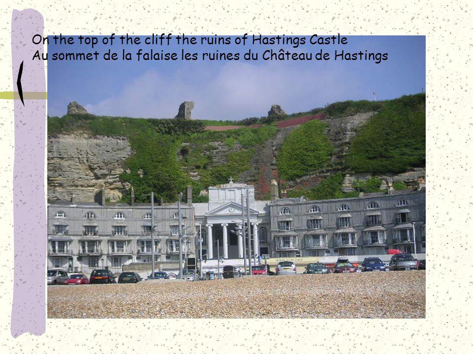 On the top of the cliff the ruins of Hastings Castle Au sommet de la falaise les ruines du Château de Hastings