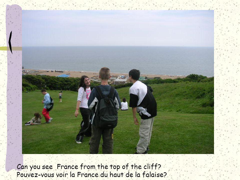 Can you see France from the top of the cliff? Pouvez-vous voir la France du haut de la falaise?