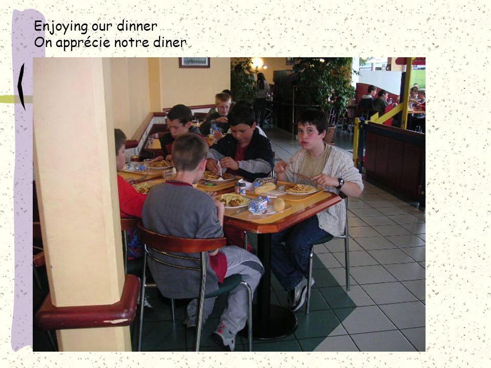Enjoying our dinner On apprécie notre diner