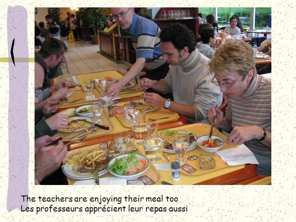 The teachers are enjoying their meal too Les professeurs apprécient leur repas aussi