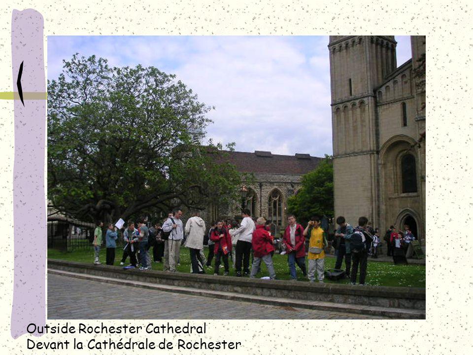 Outside Rochester Cathedral Devant la Cathédrale de Rochester