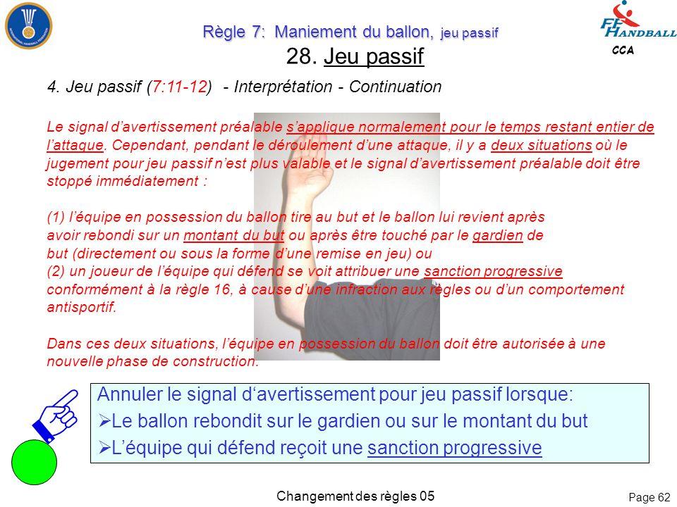 Page 61 CCA Changement des règles 05 Règle 7: Maniement du ballon, jeu passif Règle 7: Maniement du ballon, jeu passif 27. quitter l'aire de jeu Il n'