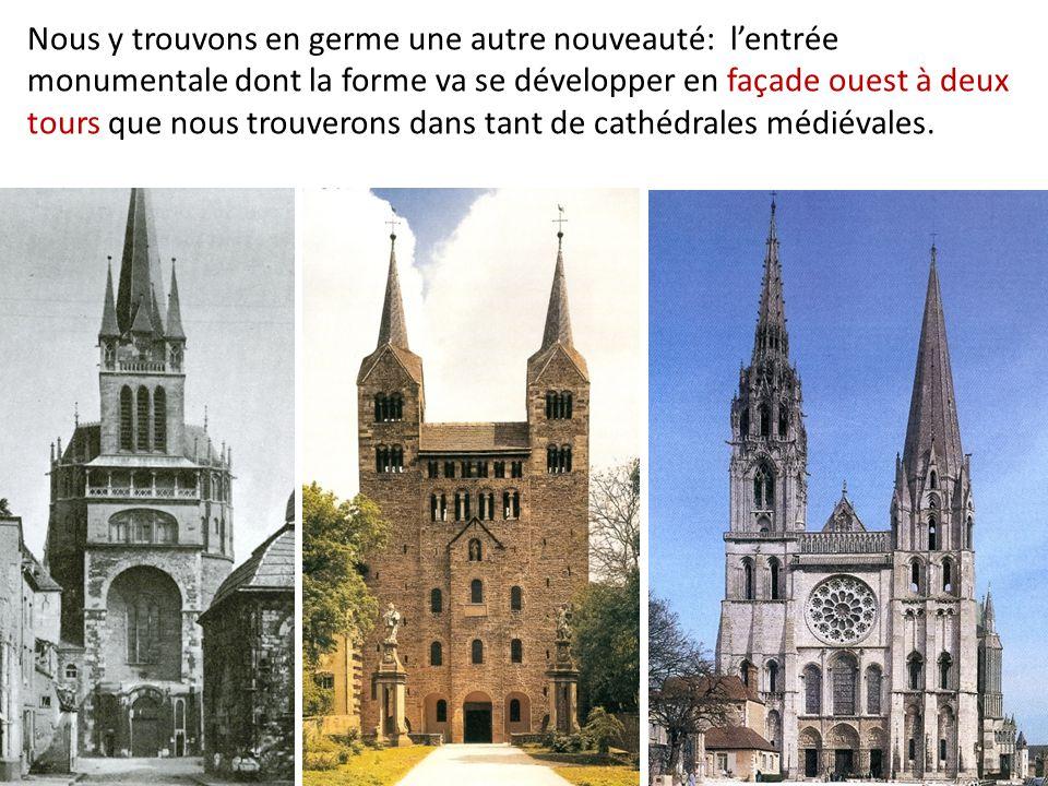 Nous y trouvons en germe une autre nouveauté: l'entrée monumentale dont la forme va se développer en façade ouest à deux tours que nous trouverons dan
