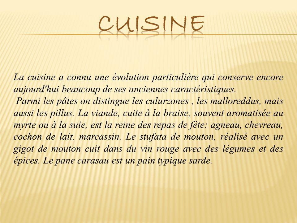 La cuisine a connu une évolution particulière qui conserve encore aujourd'hui beaucoup de ses anciennes caractéristiques. Parmi les pâtes on distingue