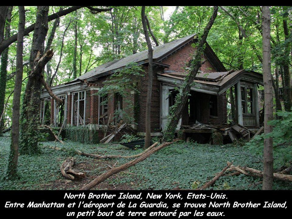 North Brother Island, New York, Etats-Unis. Entre Manhattan et l'aéroport de La Guardia, se trouve North Brother Island, un petit bout de terre entour