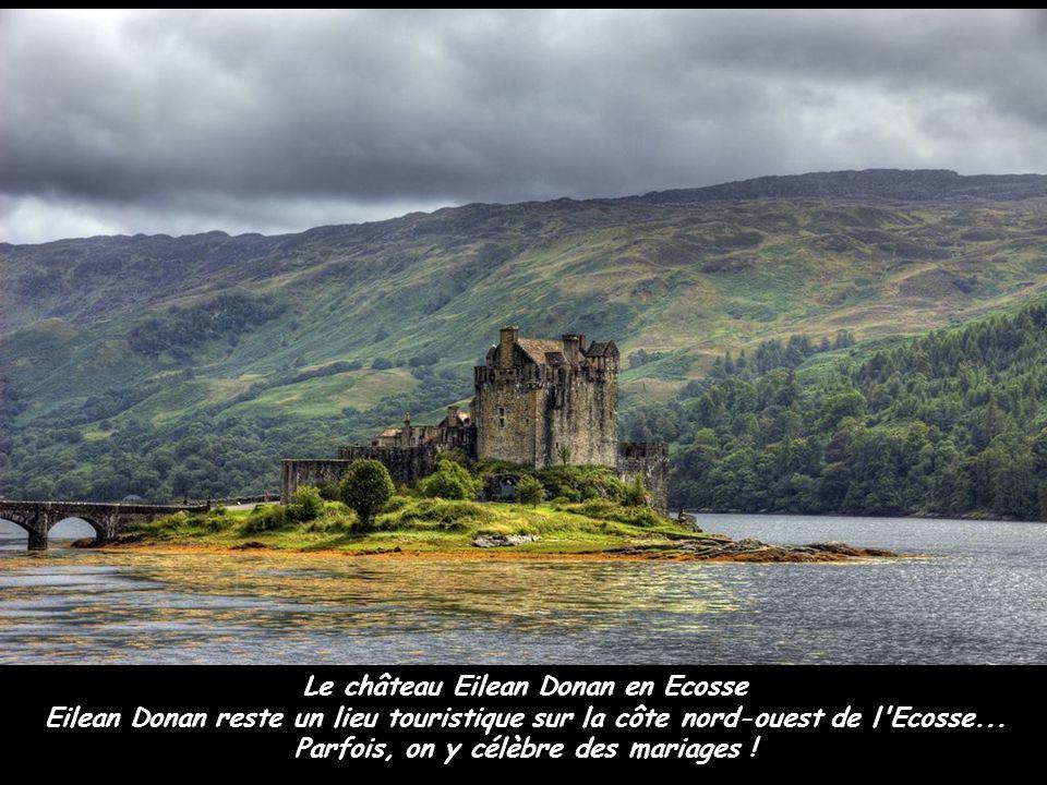 Le château Eilean Donan en Ecosse Eilean Donan reste un lieu touristique sur la côte nord-ouest de l'Ecosse... Parfois, on y célèbre des mariages !