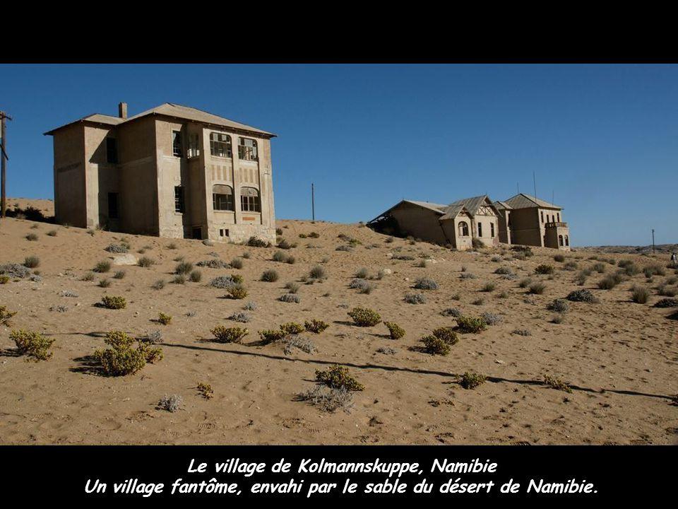 Le village de Kolmannskuppe, Namibie Un village fantôme, envahi par le sable du désert de Namibie.