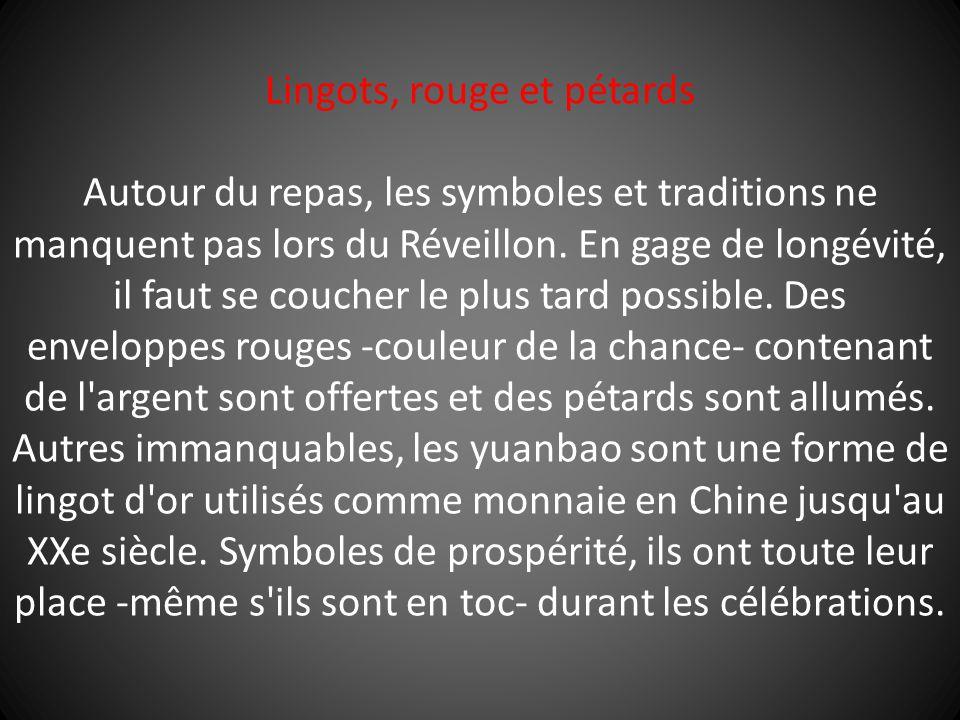 Lingots, rouge et pétards Autour du repas, les symboles et traditions ne manquent pas lors du Réveillon. En gage de longévité, il faut se coucher le p