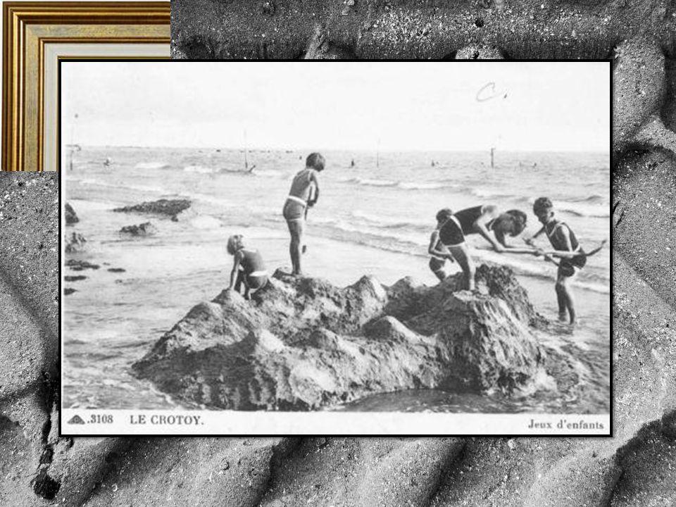 L'eau et le sable offrent aux enfants un inépuisable terrain de jeu que le temps qui passe, les modes et les nouveaux Ailleurs ne détrôneront jamais.
