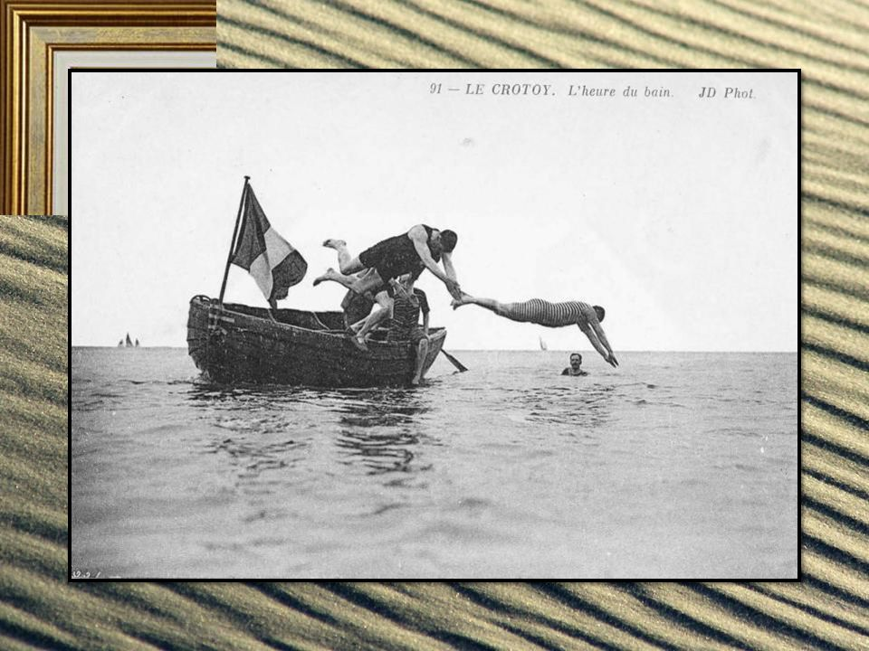On se baigne, seulement dans la limite des bains et la barque de sauvetage sert de plongeoir aux plus audacieux.