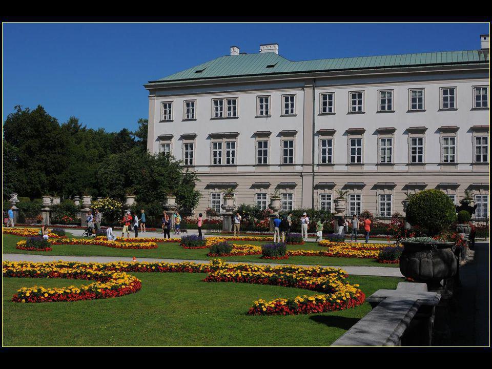 L'ensemble a été construit vers 1606 par Le prince-archevêque de Salzbourg Wolf Dietrich de Raitenau en l'honneur de sa maîtresse Salomé Alt qui lui donna 15 enfants ce qui veut dire que l'amour de l'homme d'église n'était pas que platonique !!