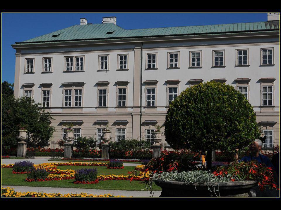 Le château Mirabell (en allemand Schloss Mirabell) est reconstruit dans un style baroque à partir de 1710 par l'architecte Lukas von Hidebrandt et il continue à abriter les évêques de Salzbourg jusqu'en 1803