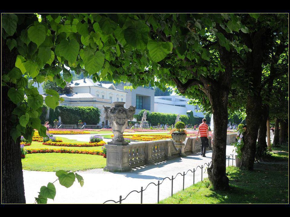 retour dans les jardins principaux du palais Mirabell avec en toile de fond la forteresse perchée sur la colline de Mönchsberg