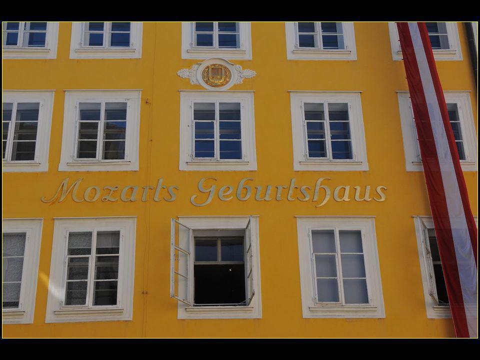 Au no 9 de la Getreidegasse le 27 janvier 1756 né Joannes Chrysostomus Wolfgangus Theophilus MOZART devenu par la suite Wolfgang Amadé MOZART ou Wolfgang Amadeus MOZART