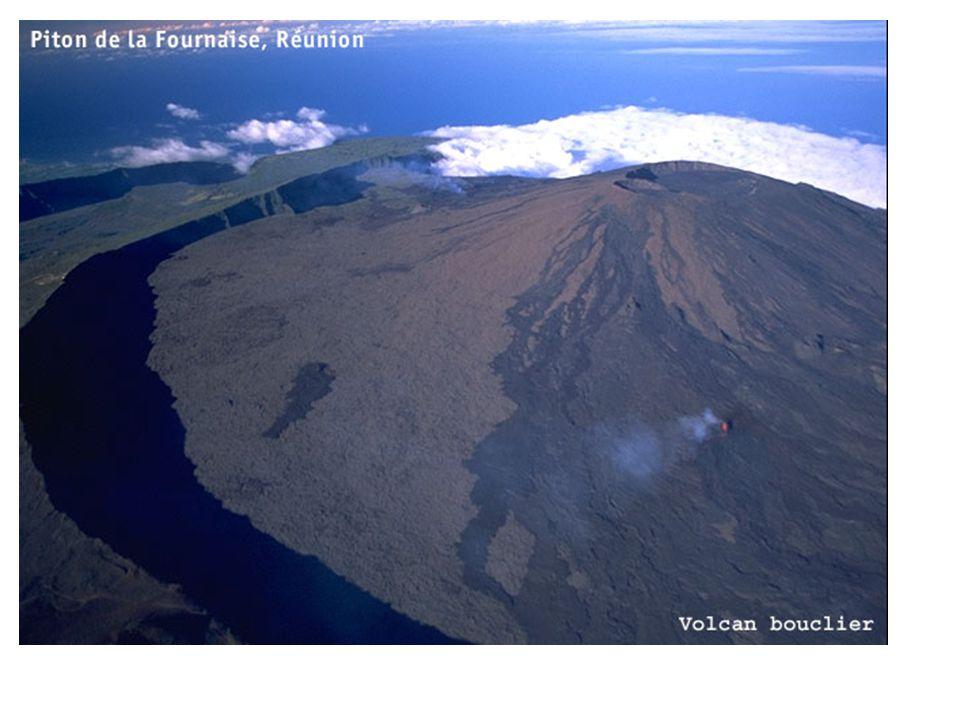 Type Strombolien : dynamisme explosif et effusif : Le Stromboli, permet de caractériser une activité volcanique dont la dispersion des produits est inférieure à 5 km 2 et la fragmentation faible.