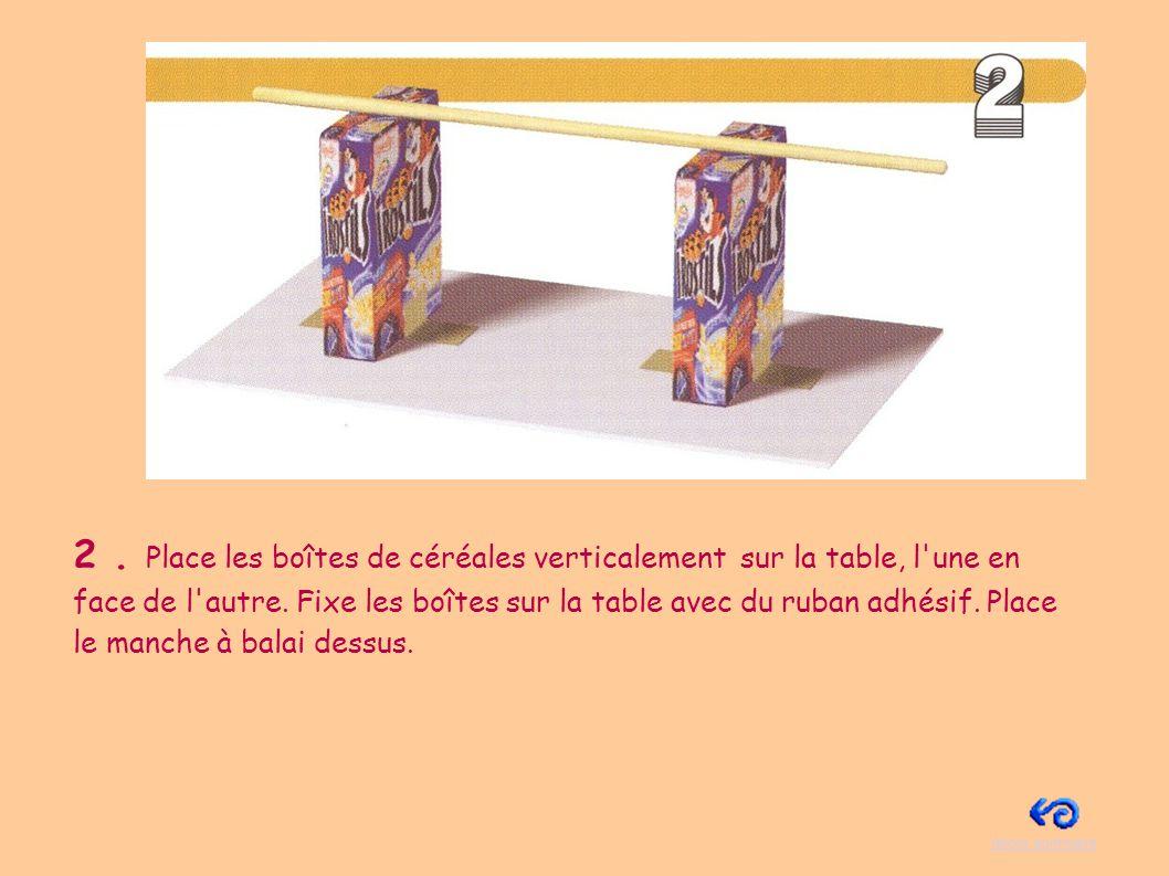 3.Pose la boîte de conserve sous le manche à balai.