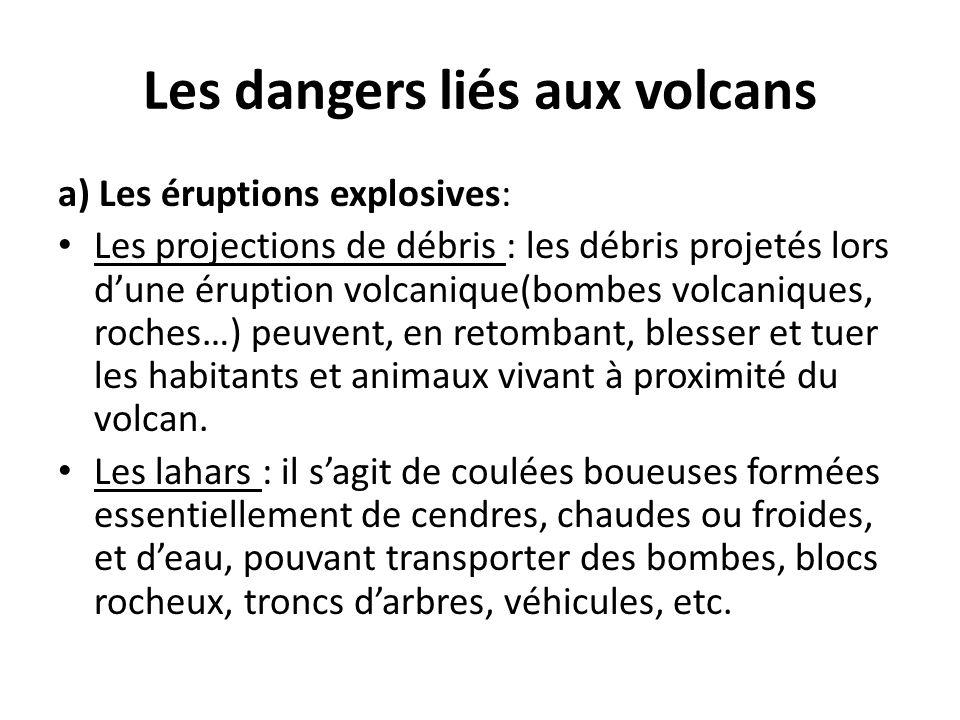 Les dangers liés aux volcans a) Les éruptions explosives: Les projections de débris : les débris projetés lors d'une éruption volcanique(bombes volcan
