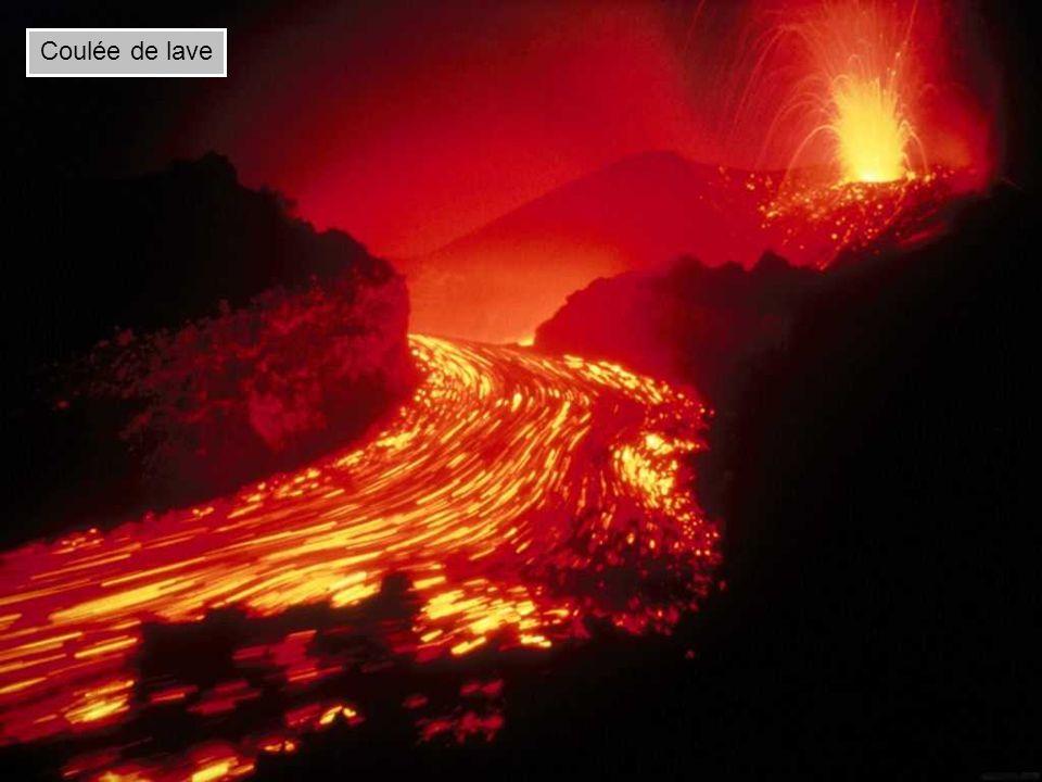Volcan de type strombolien Le type strombolien émet des laves moyennement fluides sous forme de coulées et des tephras projetés par des explosions fréquentes.